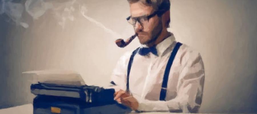 Escritor fumando en pipa delante de su máquina de escribir